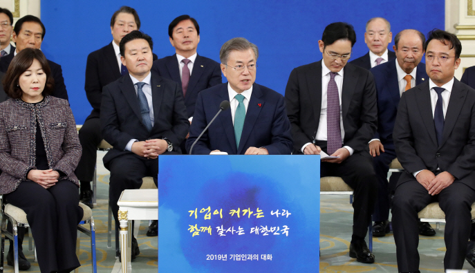 President Moon Jae-in (C) speaks at a meeting with businesspeople at his office Cheong Wa Dae on Jan. 15, 2019. (Yonhap)