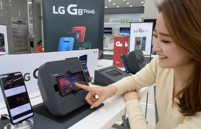A customer looks at LG Electronics Inc.'s G8 ThinQ smartphone in a Seoul shop on March 7, 2019. (image: LG Electronics)