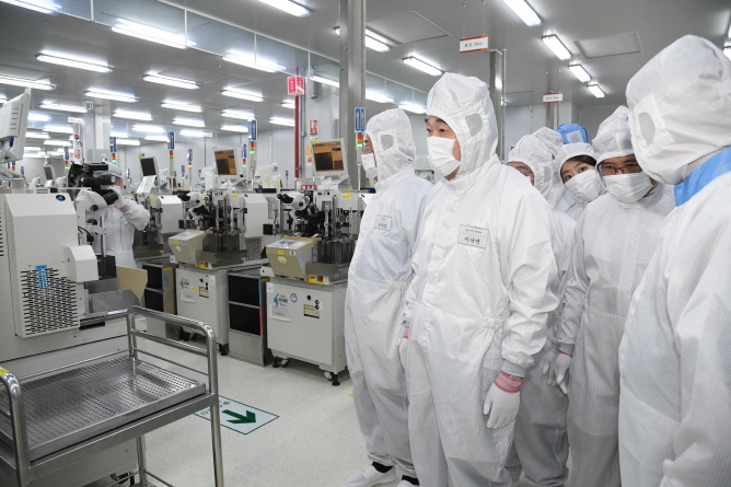 Lee Nak-yon (2nd from L), South Korea's prime minister, visits SK hynix Inc.'s Chongching factory in southwestern China on March 29, 2019. (Yonhap)
