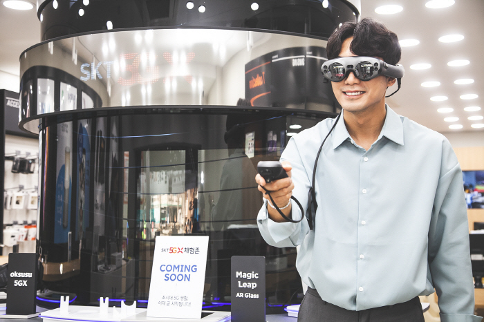 A model plays an augmented reality (AR) game with Magic Leap's AR headset in SK Telecom Co.'s 5G experience zone in Seoul on March 31, 2019. (image: SK Telecom)