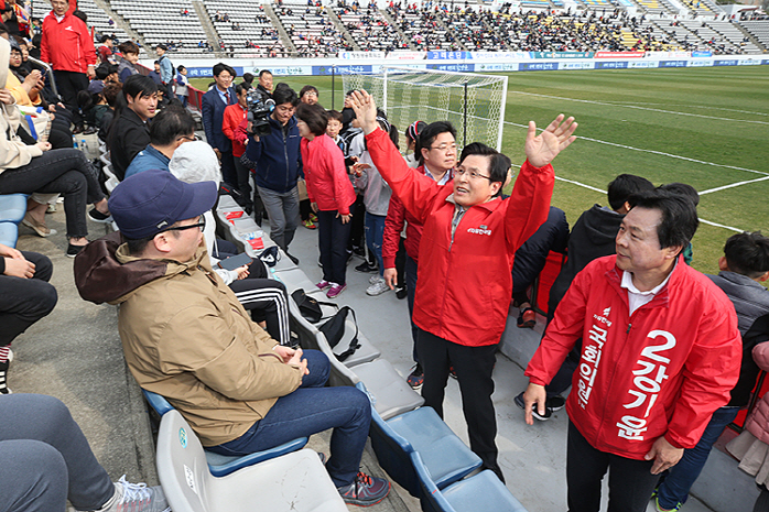 Liberty Korea Party chairman Hwang Kyo-ahn (2nd from R) raises his hands to greet fans at Changwon Football Center in Changwon, 400 kilometers south of Seoul, on March 30, 2019, ahead of a K League 1 match between Gyeongnam FC and Daegu FC. (image: Liberty Korea Party)