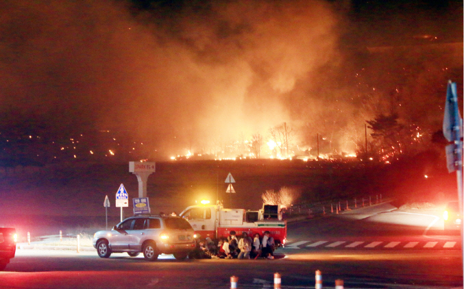 Fire strikes the northeastern border town of Goseong, located around 210 kilometers from Seoul, on April 4, 2019. (Yonhap)