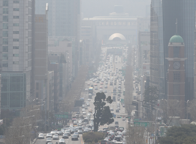 Researchers from South Korea and China's Jilin Province and the city of Tianjin will carry out an extensive joint study on the harmfulness of ultrafine dust particles for two years and 10 months. (Yonhap)