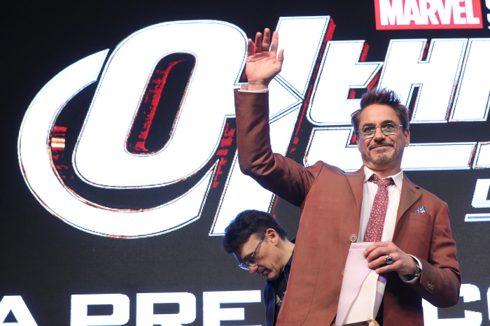 "Robert Downey Jr. waves to reporters during a press conference to promote ""Avengers: Endgame"" in Seoul on April 15, 2019. (Yonhap)"