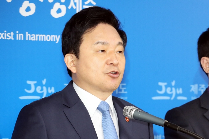 Jeju Gov. Won Hee-ryong attends a press conference at the Jeju provincial government in the city of Jeju on South Korea's largest island of the same name on April 17, 2019. (Yonhap)