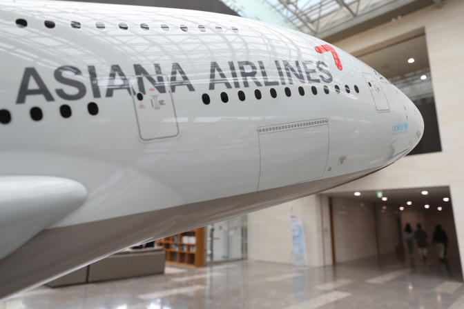 A large model airplane in the lobby of Asiana Airlines' headquarters in Gangseo Ward, western Seoul. (Yonhap)