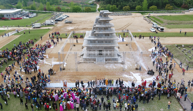 A ceremony marking the completion of 20-year-long restoration of the stone pagoda at Mireuk Temple takes place in the southwestern provincial city of Iksan on April 20, 2019. (Yonhap)