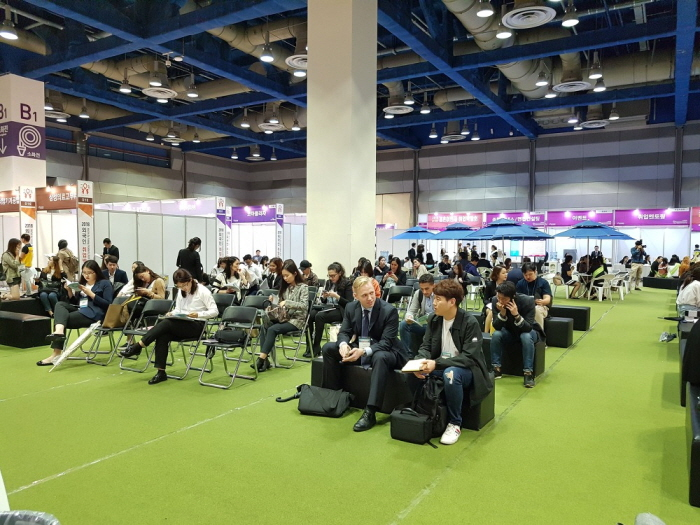 A job fair for foreign students under way at COEX in Seoul. (image: Seoul Business Agency)