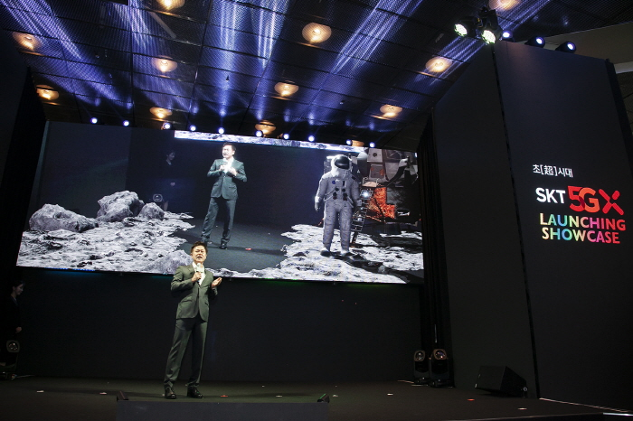 During the '5G Launching Showcase', Park Jung-ho, CEO of SK Telecom announced the commercialization of 5G and demonstrated a moon landing performance delivered by 5G AR. (image: SK Telecom)