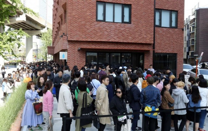Customers wait in long lines to enter the country's first outlet of Blue Bottle Coffee Inc., a U.S. coffee chain, in Seoul's Seongdong Ward on May 3, 2019. (Yonhap)