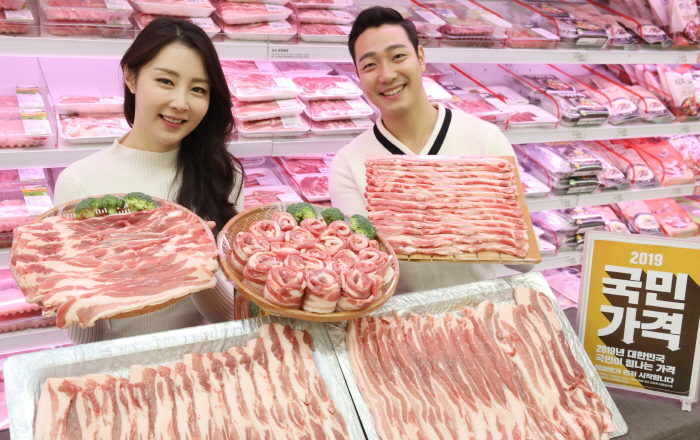 "Emart declared a new price policy, ""price for the public,"" starting at the beginning of the new year, igniting a price war in the retail industry. (image: Shinsegae Group)"