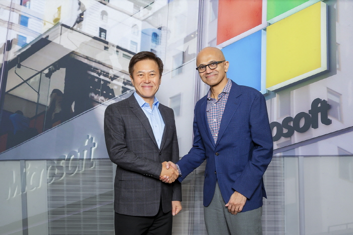 Park Jung-ho (L), CEO of SK Telecom, and Satya Nadella (R), CEO of Microsoft, shake hands during a meeting at Microsoft's headquarters in Redmond, Washington on May 13, 2019. (image: SK Telecom)