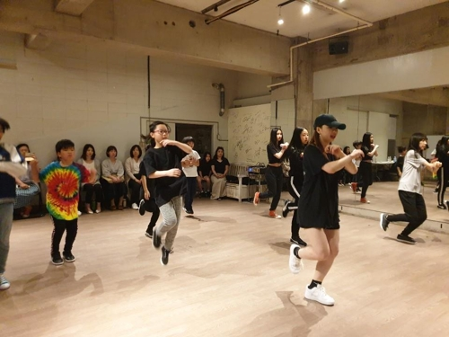 Japanese teenagers learning a K-pop dance routine at a K-pop dance studio in Tokyo on May 11, 2019. (Yonhap)