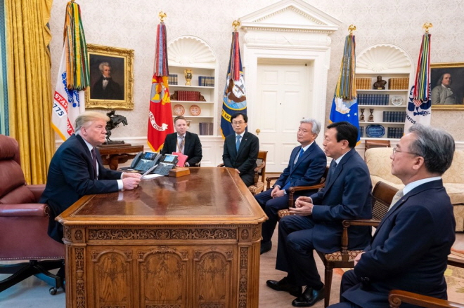 Trump (L) and Lotte Group Chairman Shin Dong-bin (2nd from R) meeting at the Oval Office in the White House on May 13, 2019. (Yonhap)