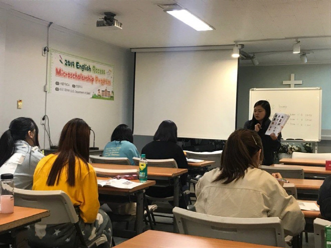 Students study English during an Access program class at Great Vision School, an alternative school for North Korean defectors, located in Uijeongbu, north of Seoul. (Yonhap)
