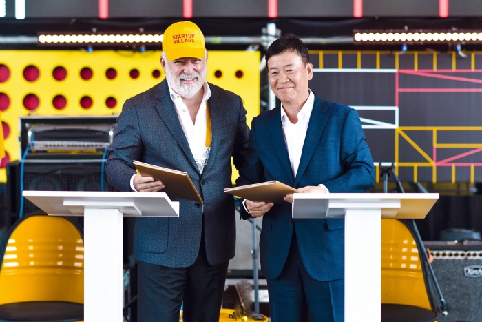 Viktor Vekselberg (L), chairman of the Board of Skolkovo Foundation, and Hyundai Motor Senior Vice President Son Kyeong-su in charge of the carmaker's Russian operations pose after signing a partnership on a car-sharing startup in the Skolkovo venture complex on May 29, 2019. (image: Hyundai Motor)