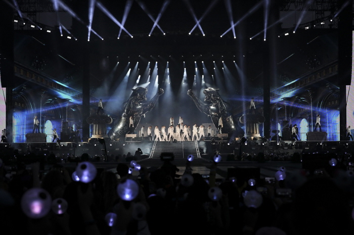 Bts Opens New World Tour At California S Rose Bowl Stadium Be