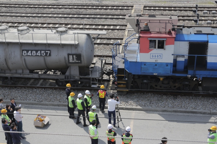 The new remote shunting system will now allow workers to move the engine locomotive without having to bring in an engine driver to connect it to or detach it from other railway vehicles. (image: Korea Railroad Corp.)