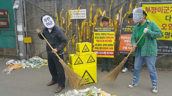 Civil groups staged a protest in front of Camp Market on Monday, calling on the U.S. base to compensate for all damages caused by the contamination in accordance with International Environmental Law. (image: Civil Groups)