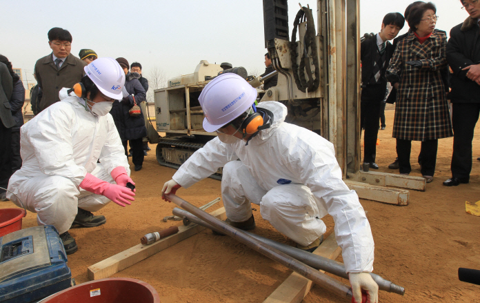 The environmental inspection was conducted as part of the envisioned return of the base to Seoul in line with the Status of Forces Agreement governing the status of 28,500 U.S. military personnel stationed in Korea. (Yonhap)