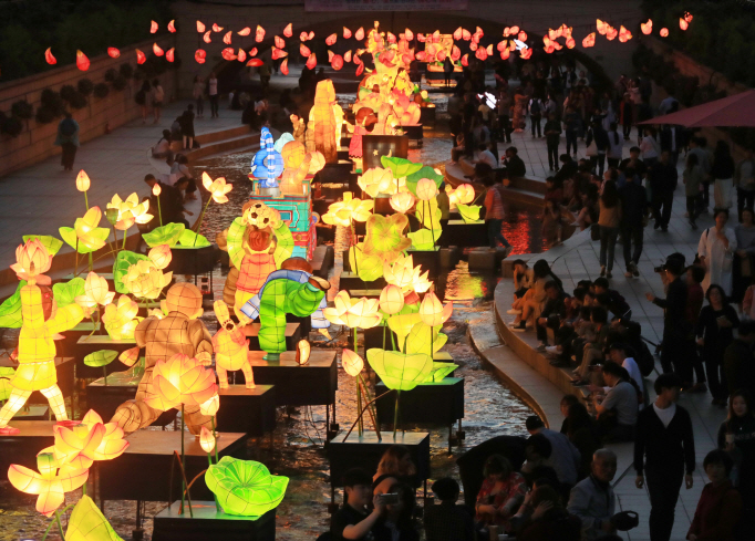 Lotus lanterns of various shapes and colors are on display along the Cheonggye Stream in downtown Seoul on May 7, 2018. (Yonhap)