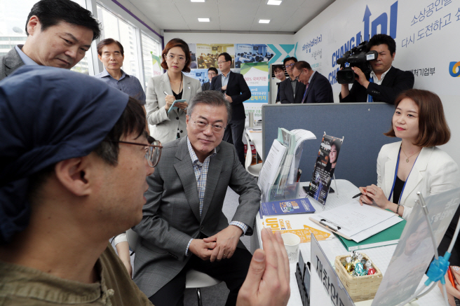 The Fail Expo was first held at Gwanghwamun Plaza in Seoul last year with the aim of changing perceptions of failure and helping people find a way to overcome obstacles by sharing failed cases in employment and start-ups. (Yonhap)