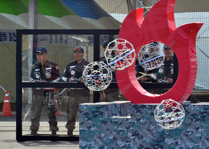 Army officers compete in a dronebot contest at Gyeryongdae, an integrated military base in South Chungcheong Province, on Oct. 8, 2018. (image: ROK Army)