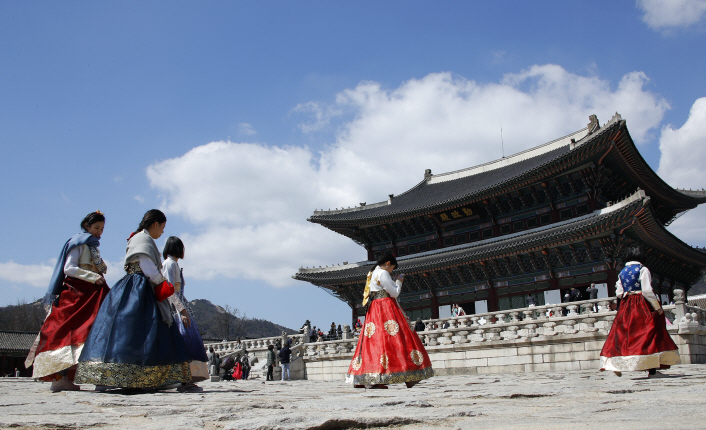 "The commission said, ""The concern is only a vague possibility based on a lack of reasonable judgment by the public, and it is hard to say that wearing a hanbok for the opposite gender would naturally undermine the image of the hanbok."" (Yonhap)"