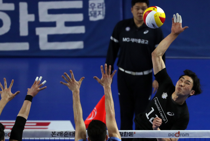 Jeon Kwang-in of Hyundai Capital (R) hits a spike against Korean Air in Game 3 of the men's V-League volleyball championship finals at Yu Kwan-sun Arena in Cheonan, 90 kilometers south of Seoul March 26, 2019. (Yonhap)