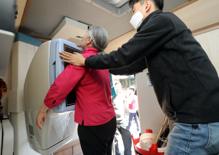 More free checkups will be provided to non-regular workers, university students, jobless people and patients with cancer and other high-risk diseases. (Yonhap)
