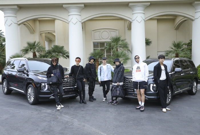 BTS members pose in front of a hotel in Las Vegas after arriving in a Palisade from Las Vegas McCarran International Airport. (image: Hyundai Motor Co.)