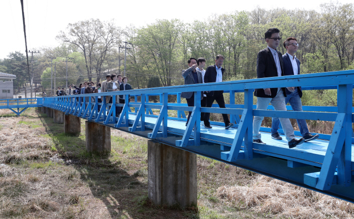 A group of civilian tourists looks around the Joint Security Area on the Footbridge on May 1, 2019. (Yonhap)