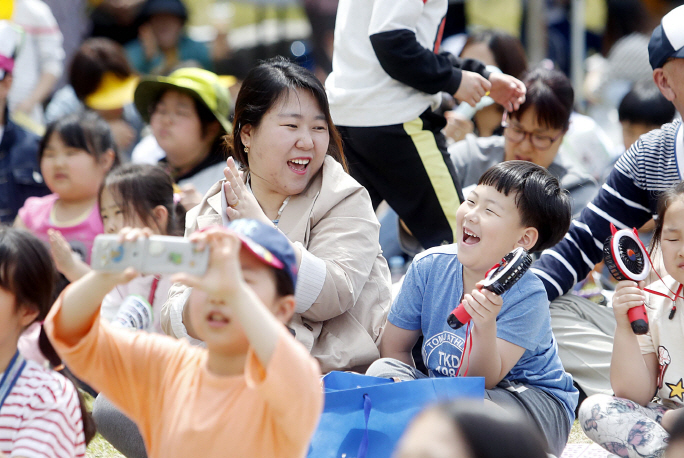 Young South Koreans spent only 48 minutes with their parents each day, lagging far behind the OECD average of 2 hours and 30 minutes. (Yonhap)