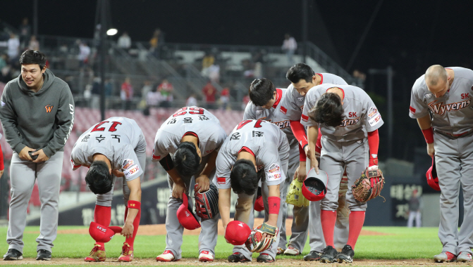 South Korean baseball club SK Wyverns began giving out a CS (Customer Satisfaction) Champion Award to players last year to pick out the most valued player for 'best fan service'. (Yonhap)