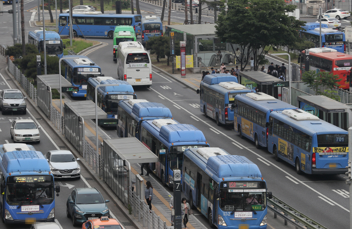 City buses run normally on roads in front of Seoul Station on May 15, 2019, after unionized bus drivers called off their planned strike. (Yonhap)
