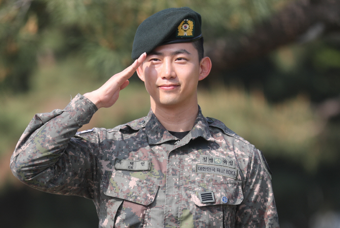 Ok Taecyeon greets fans and journalists on Goyang, Gyeonggi Province, just north of Seoul, after he was discharged from the military on May 16, 2019. (Yonhap)
