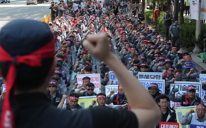 Unionized Hyundai Heavy workers, members of the umbrella labor group Korean Metal Workers Union, and Daewoo Shipbuilding & Marine Engineering (DSME) workers stage a rally in Seoul on May 23, 2019 to protest sale of DSME. (Yonhap)
