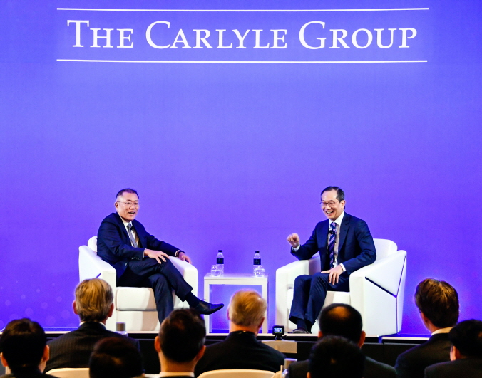 Hyundai Motor Group Executive Vice Chairman Chung Eui-sun (L) speaks with Lee Kewsong, Co-Chief Executive Officer of the Carlyle Group, at an event in Seoul on May 23, 2019. (image: Hyundai Motor Group)