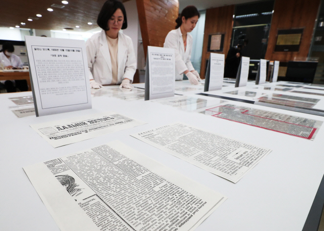 Officials at the National Archives of Korea (NRK) display Russian newspaper stories on Korean independence fighter Ahn Jung-geun at the NRK Seoul Repository in Seongnam, south of Seoul, on May 28, 2019. (Yonhap)