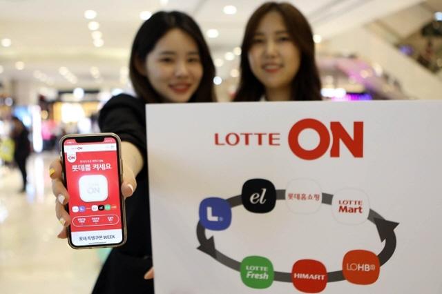Models display Lotte Shopping Co.'s integrated website that allows customers to shop from its affiliates. (image: Lotte Shopping Co.)