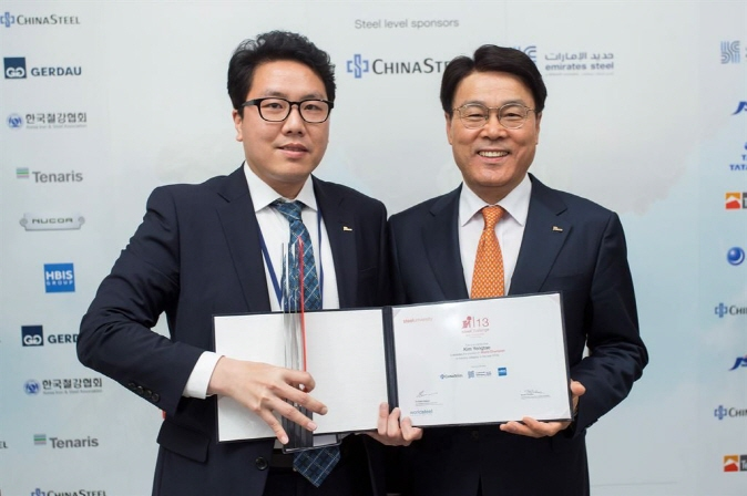 Kim Yong-tae (L) posing for a photo with POSCO CEO Choi Jeong-woo after winning the 13th edition of the World Championship of the steelChallenge, in Madrid on April 16, 2019. (image: POSCO)