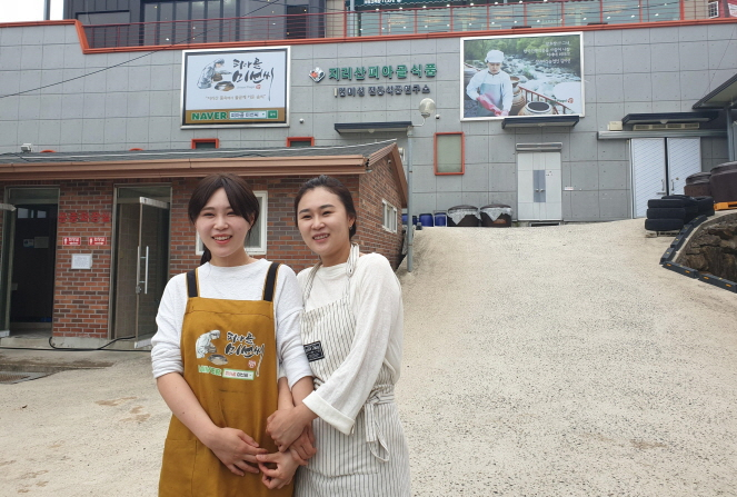 Kim Mi-seon (R), who runs a traditional foodstuff company, Jurisan Piagol Food, poses for a photo with her sister in Gurye, 422 kilometers south of Seoul, on June 14, 2019. (Yonhap)