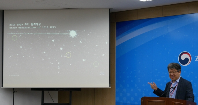 Moon Hong-kyu, a research scientist at the Korea Astronomy and Space Science Institute, explains the discovery of the PP29 asteroid on June 25, 2019. (Yonhap)