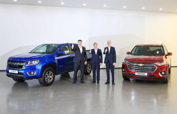 GM Korea President and CEO Kaher Kazem (L), GM International President Julian Blissett (C) and GM Technical Center Korea President Roberto Rempel hold up their thumbs before a press event at the GM design center in Incheon on June 25, 2019. (image: GM Korea)