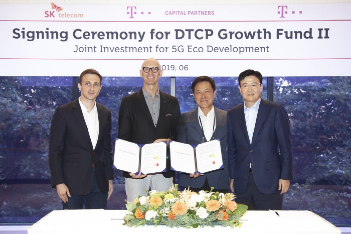 Park Jung-ho (2nd from R), CEO of SK Telecom Co., and Deutsche Telekom Chairman Timotheus Hottges (2nd from L) pose for a photo in Seoul on June 24, 2019. (image: SK Telecom)