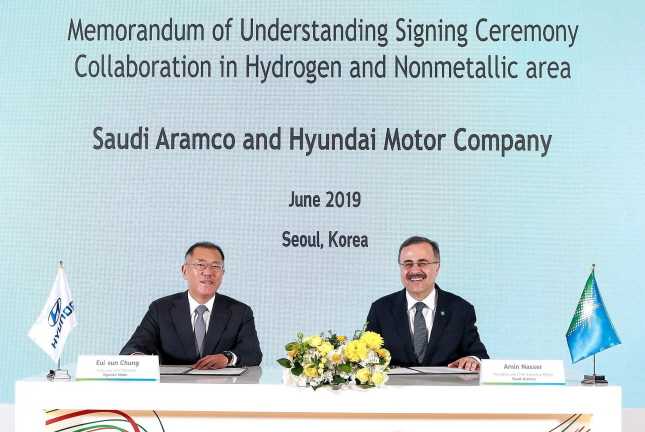 Hyundai Motor Executive Vice Chairman Chung Euisun (L) and Ahmad A. Al-Sa'adi, senior vice president of technical services at Saudi Aramco, pose for a photo after signing an MOU to cooperate on hydrogen energy in Seoul on June 25, 2019. (image: Hyundai Motor)