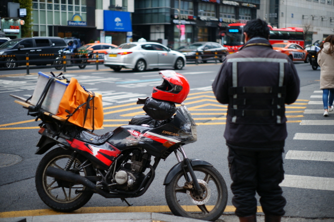 Analysts attributed the rise to the large number of male workers in delivery and chauffeur services that the platform economy has activated. (Yonhap)