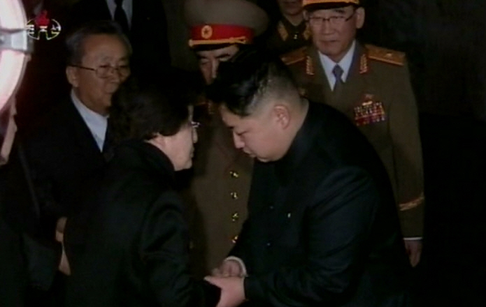 South Korean first lady Lee Hee-ho (L) expressing her condolences to Kim Jong-un upon the death of his father and then North Korean leader Kim Jong-il in Pyongyang in December 2011. (Yonhap)