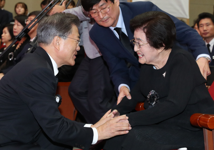 Lee Hee-ho (R), the widow of former President Kim Dae-jung, chats with President Moon Jae-in during a memorial at the National Cemetery in Seoul to mark the eighth anniversary of Kim's death on Aug. 18, 2017. (Yonhap)