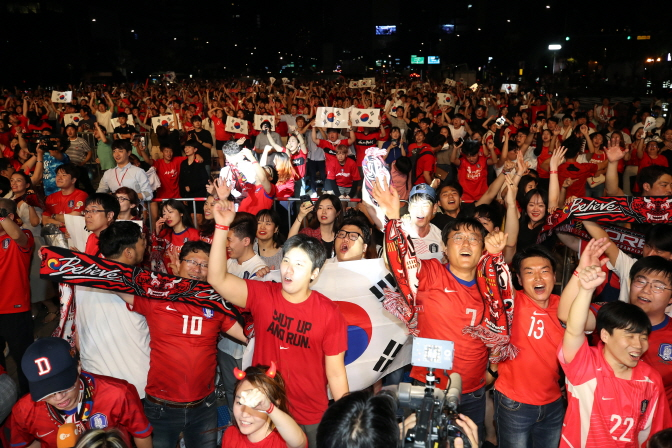 Fans cheering at Gwanghwamun Square in central Seoul as South Korea beat Germany 2-0 in the FIFA World Cup on June 28, 2018. (Yonhap)